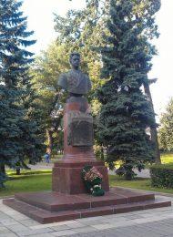 Памятник В.И. Попкову, 1953 г., ск. Л.Е. Кербель, арх. Л.Г. Голубовский, бронза, гранит