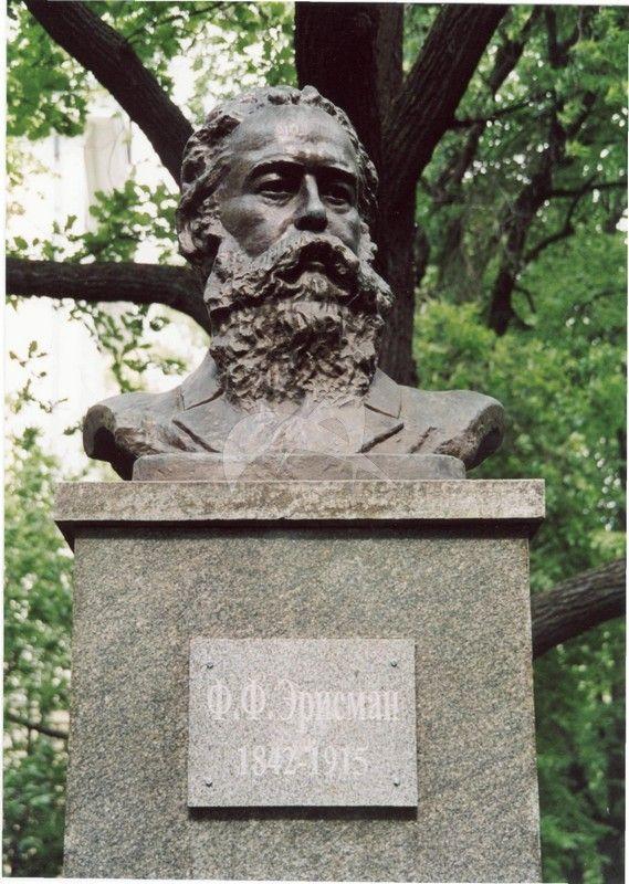Памятник Ф.Ф. Эрисман, 1937 г., ск. Н.С. Шевкунов, бронза, гранит