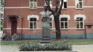 Памятник Т.П. Краснобаеву, 1955 г., ск. С.Д. Шапошников, арх. В.А. Петров, бронза, гранит