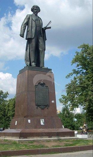 Памятник И.Е. Репину, 1958 г., ск. М.Г. Манизер, арх. И.Е. Рожин, бронза, гранит