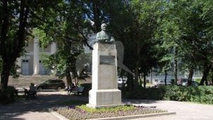 Памятник С.И. Спасокукоцкому, 1947 г., ск. В.В. Лишев, Е.Ф. Белашова, бронза, гранит