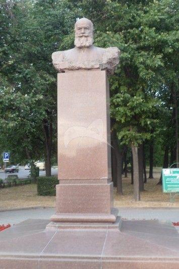 Памятник Н.Е. Жуковскому, 1959 г., ск. Г.В. Нерода, арх. И.А. Француз, гранит