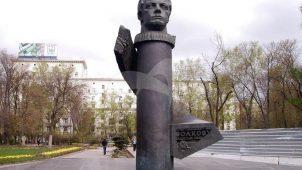 Памятник В.Н. Волкову, 1975 г., ск. Г.М. Тоидзе, арх. И.М. Студенкин, Б.И. Тхор, бронза