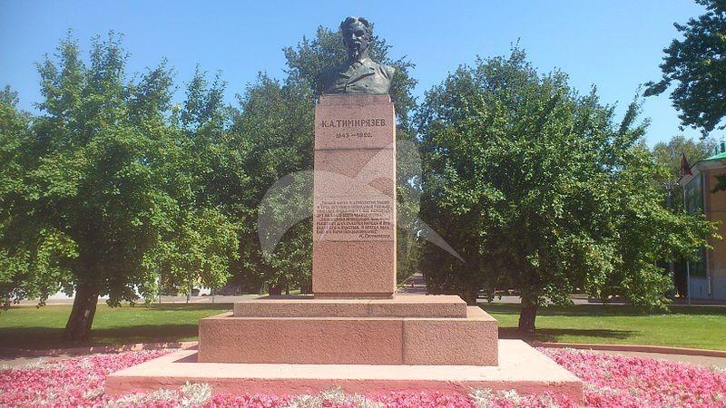 Памятник К.А. Тимирязеву, 1926 г., ск. М.М. Страховская, арх. С.Е. Чернышев, бронза, гранит