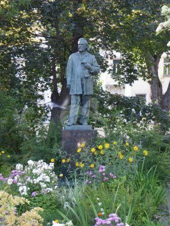 Памятник А.И. Герцену, 1959 г., ск. М.И. Мильбергер, арх. К.М. Сапегин, бронза, гранит