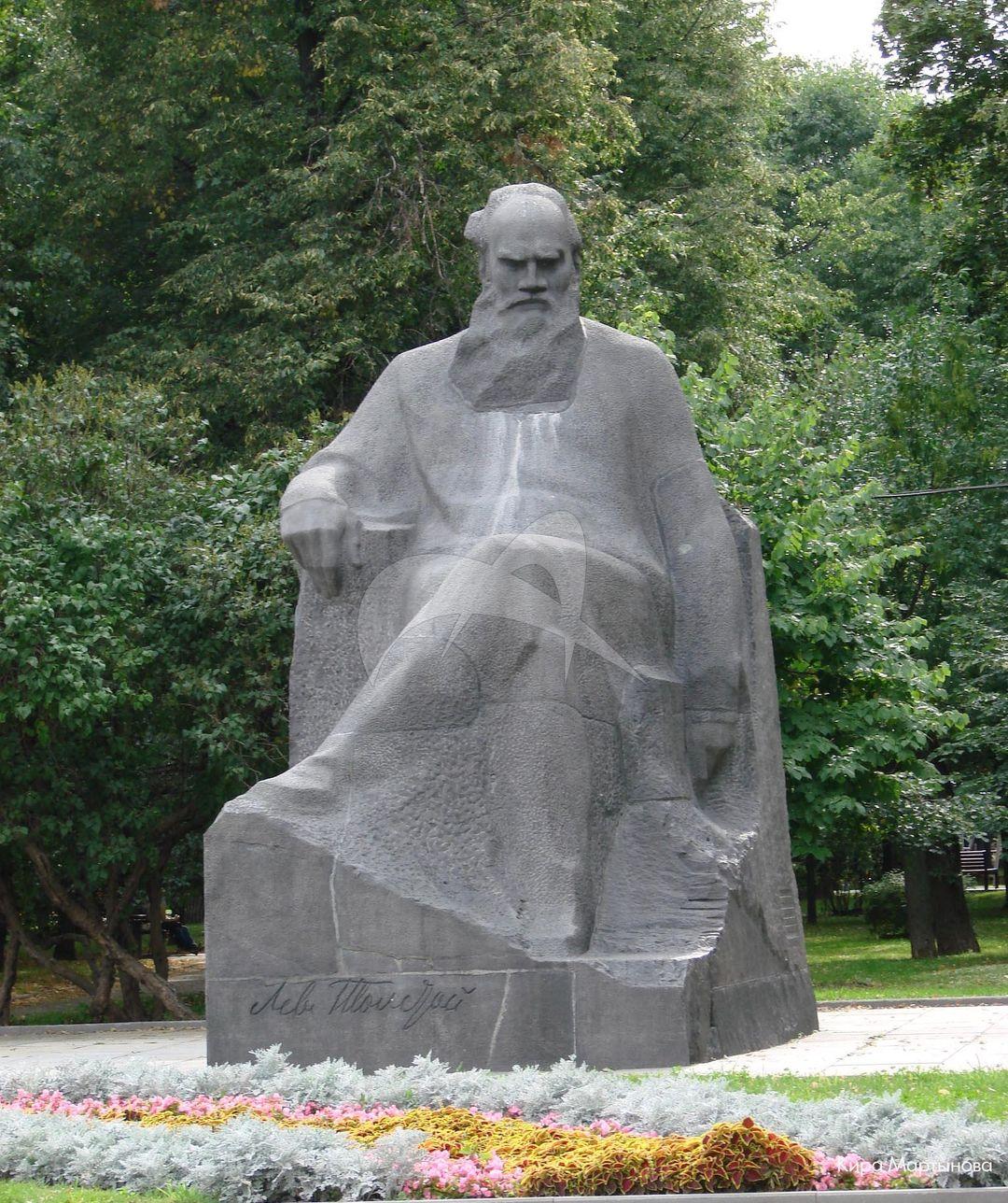 Памятник Л.Н. Толстому, 1972 г., ск. А.М. Портянко, арх. В.В. Богданов, В.П. Соколов, гранит