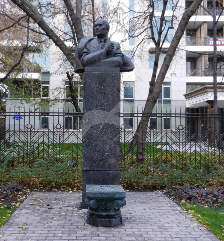 Памятник А.В. Щусеву, 1980 г., ск. И.М. Рукавишников, арх. Б.И. Тхор, гранит, бронза