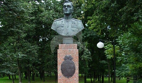 Памятник А.С. Яковлеву, 1976 г., ск. М.К. Аникушин, арх. А.А. Заварзин, бронза, гранит