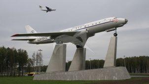 Монумент самолету Ту-104 А/Б, 1956 г., ген. констр. А.Н. Туполев, алюминий, бетон