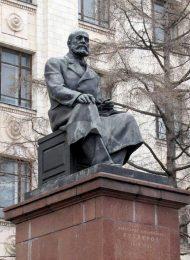 Памятник А.М. Бутлерову, 1954 г., ск. З.И. Азгур, арх. А.Б. Бергельсон, С.С. Гавриленко, бронза, гранит