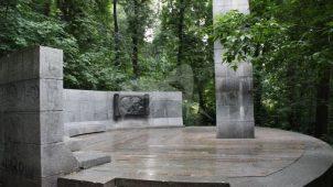Памятник А.И. Герцену и Н.П. Огареву, 1978 г., ск. М.А. Шмаков, арх. Р.Г. Кананин, бронза, гранит