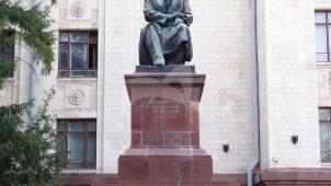 Памятник П.Н. Лебедеву, 1954 г., ск. А.К. Глебов, арх. А.Б. Бергельсон, С.С. Гавриленко, бронза, гранит