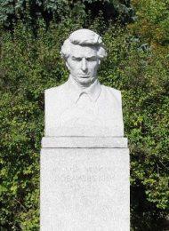 Памятник Н.И. Лобачевскому, 1954 г., ск. Н.В. Давыдкин, гранит