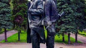 Скульптурная группа «Первые комсомольцы», 1972 г., арх. Е.Н. Стамо, ск. Ю.Г. Нерода, бронза, гранит