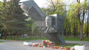 Памятник Д.М. Карбышеву, 1980 г., ск. В.Е. Цигаль, арх. А.М. Половников, бронза, гранит