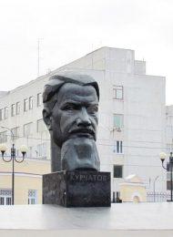 Памятник И.В. Курчатову, 1971 г., ск. В.Е. Рукавишников, арх. Б.И. Богданов, М.Н. Круглов, бронза, лабрадорит