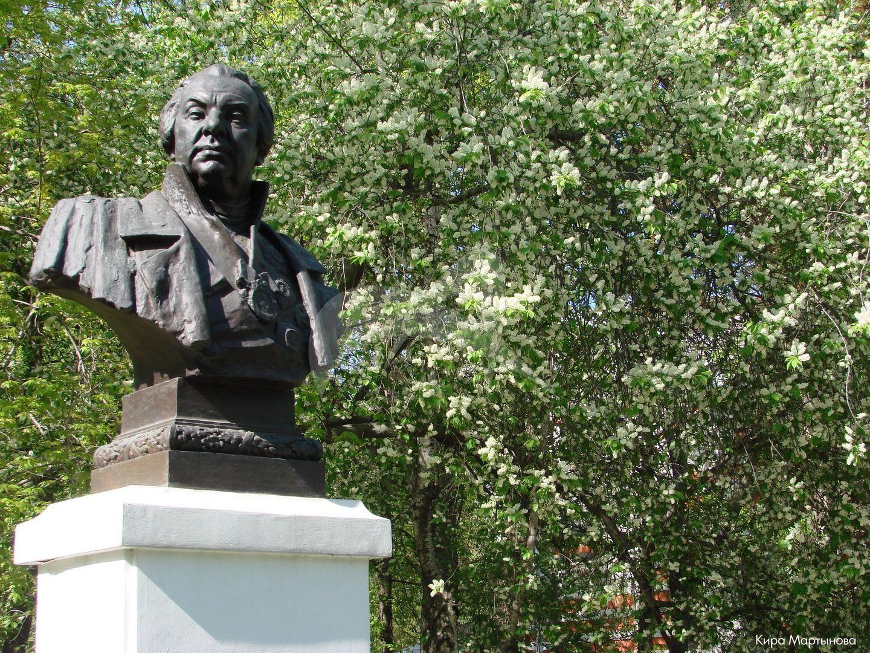 Памятник М.И. Кутузову, 1958 г., ск. Н.В. Томский, арх. Л.Г. Голубовский, бронза