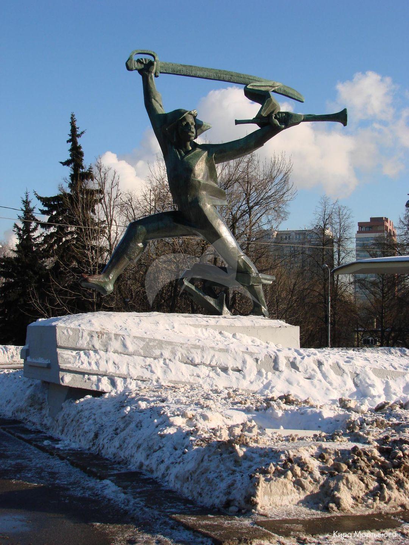 Скульптура «Мальчиш-Кибальчиш», 1972 г., ск. В.К. Фролов, арх. В.С. Кубасов, медь, гранит