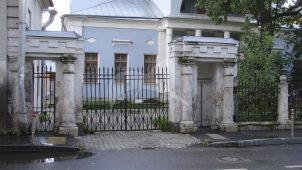 Ограда с двумя воротами, городская усадьба